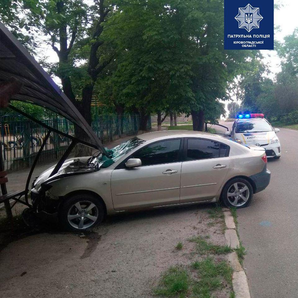 Без Купюр 22-річний п'яний водій розтрощив зупинку в Кропивницькому. ФОТО За кермом  Патрульна поліція Кропивницький водії напідпитку 2020 рік