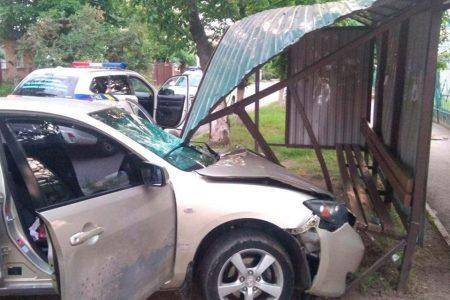 22-річний п'яний водій розтрощив зупинку в Кропивницькому. ФОТО