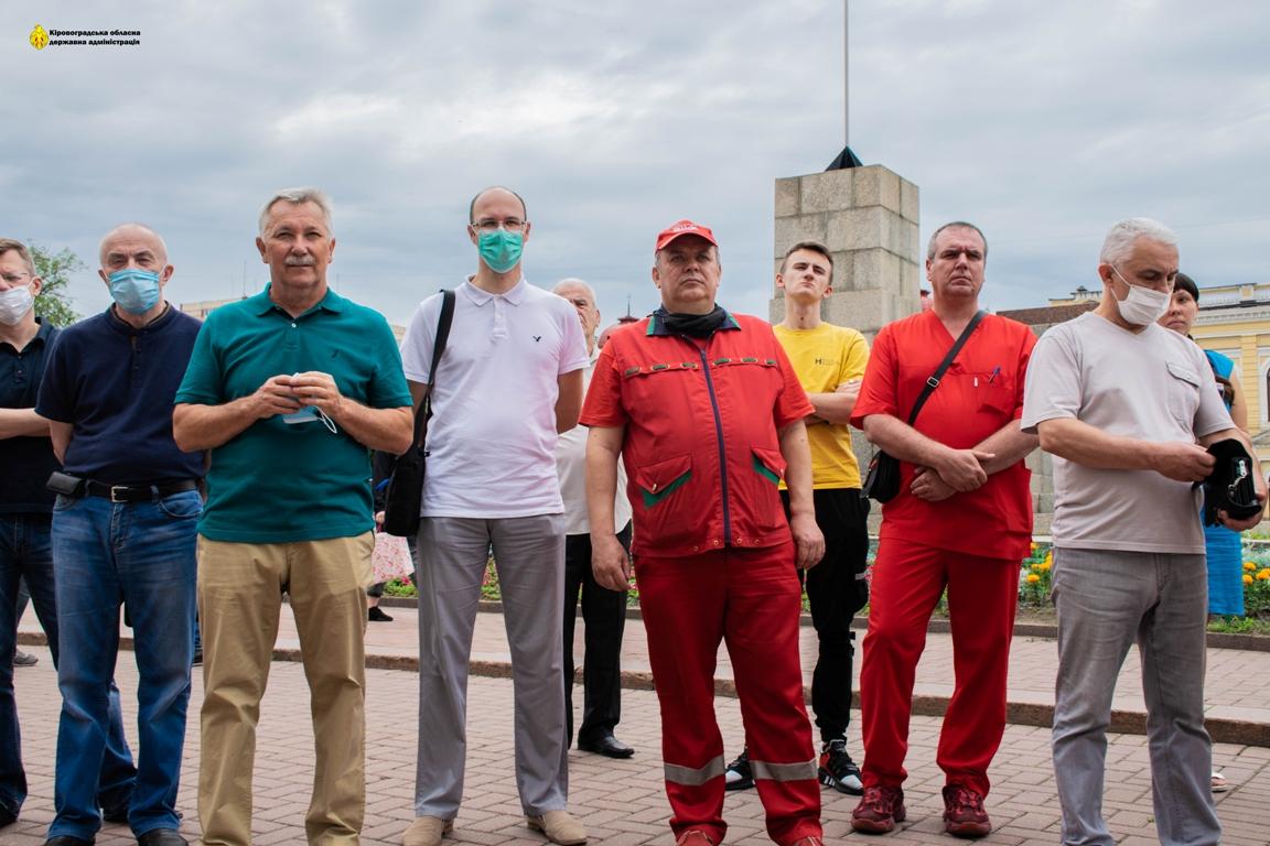 Без Купюр На головній площі Кропивницького виставили портрети медиків та вручали відзнаки. ФОТО Події  фотопроєкт День медика 2020 рік