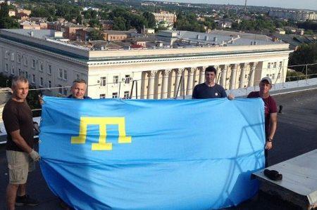 Над площею у Кропивницькому підняли кримськотатарський прапор