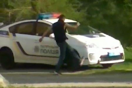 """У Кропивницькому суд зобов'язав хулігана заплатити за пошкодження """"Toyota Prius"""" патрульних"""