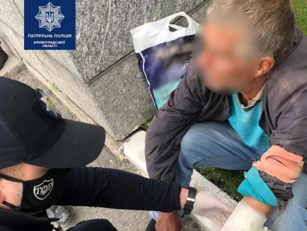 Без Купюр У Кропивницькому патрульні завадили чоловіку вчинити самогубство Події  самогубство Патрульна поліція 2020 рік