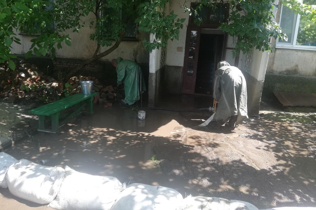 Без Купюр У Вільшанці через зливу затопило під'їзд багатоквартирного будинку Події  злива ДСНС Вільшанка 2020 рік