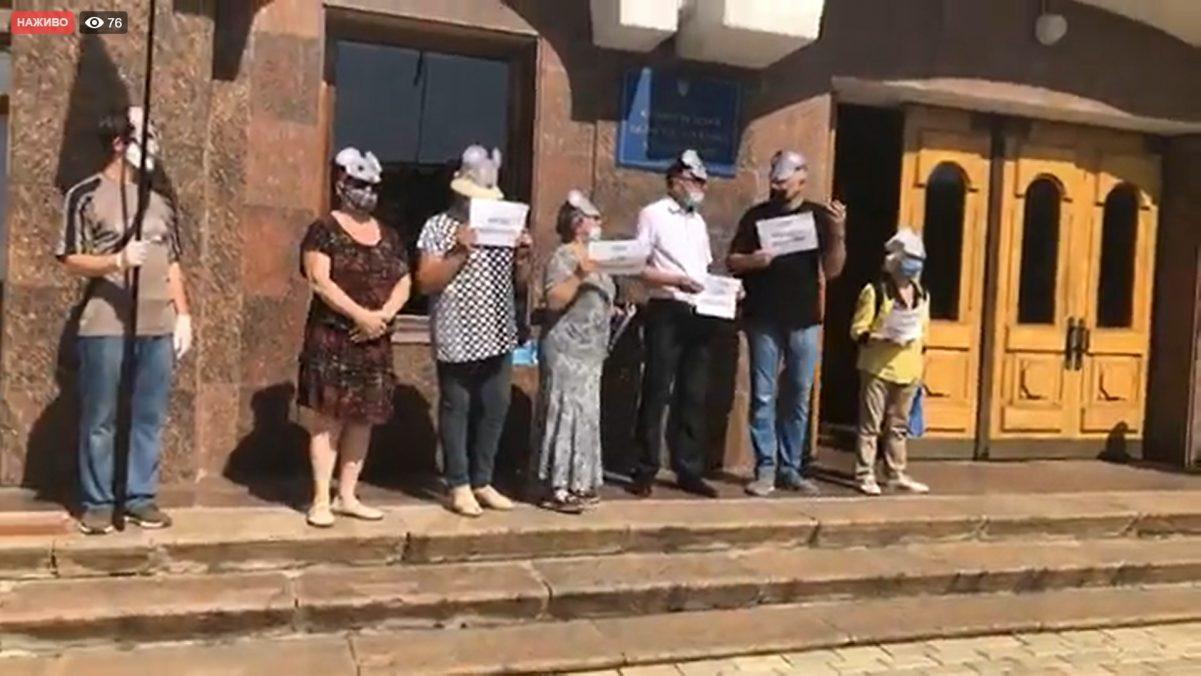 Без Купюр У Кропивницькому біля ОДА мітингують проти капітуляції в масках мишей Політика  мітинг Кіровоградська ОДА 2020 рік