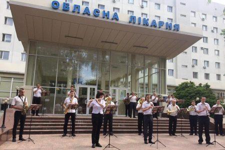 Диригент оркестру,  який вітав медиків Кропивницького, захворів на COVID-19