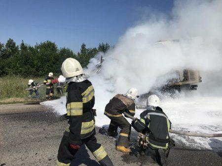 На Кіровоградщині на дорозі згорів вантажний фургон. ФОТО
