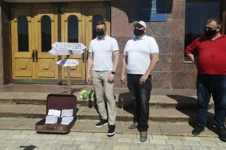 """Під стінами Кіровоградської ОДА відбулася акція """"Чемодан-вокзал-Херсон"""""""