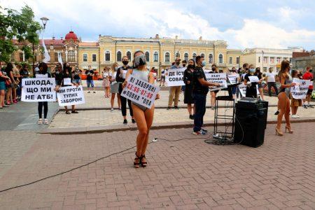 """Ресторатори Кропивницького влаштували """"каструльний"""" протест. ФОТО. ВІДЕО"""