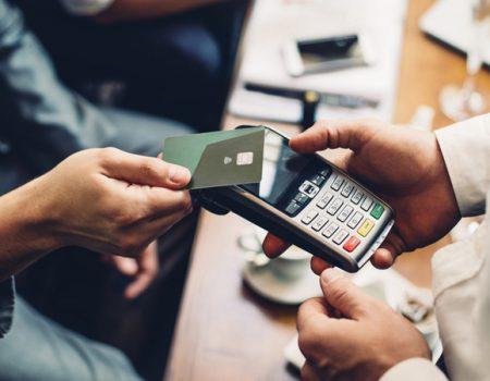 ПриватБанк подвоїть чайові офіціантам, які отримуватимуть їх на картки