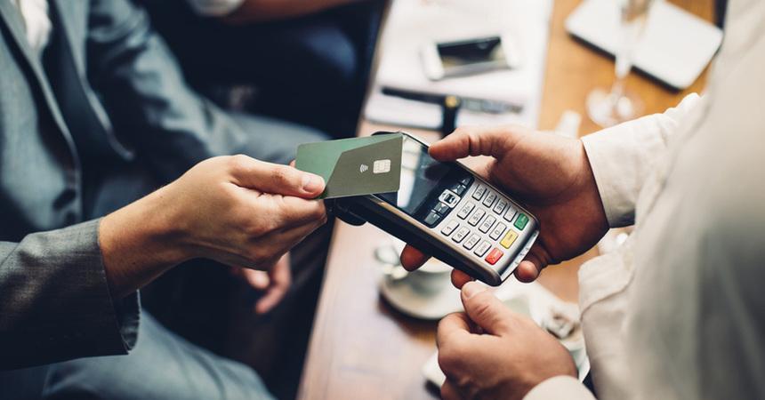 Без Купюр ПриватБанк подвоїть чайові офіціантам, які отримуватимуть їх на картки Новації  чайові ПриватБанк cashless 2020 рік