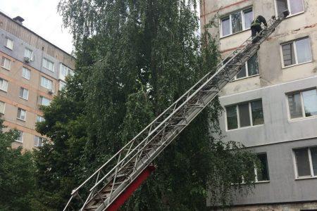 Щоб допомогти хворій, кропивницьким рятувальникам довелося лізти у вікно на 5-ому поверсі