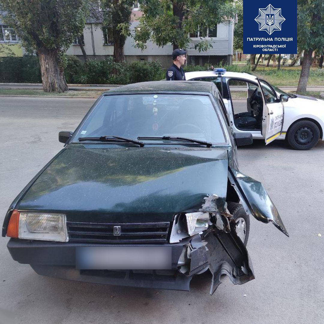 Без Купюр У Кропивницькому водій, який ніколи не мав посвідчення, протаранив паркан і втік. ФОТО За кермом  Патрульна поліція ДТП 2020 рік