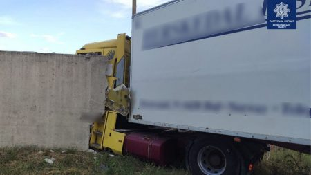 У Кропивницькому вантажівка протаранила бетонний паркан. ФОТО