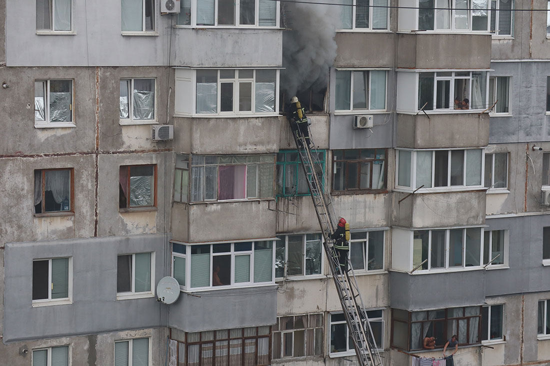 Без Купюр У Кропивницькому приборкали пожежу на 8-ому поверсі й урятували чоловіка. ФОТО. ВІДЕО Події  рятувальники пожежа 2020 рік