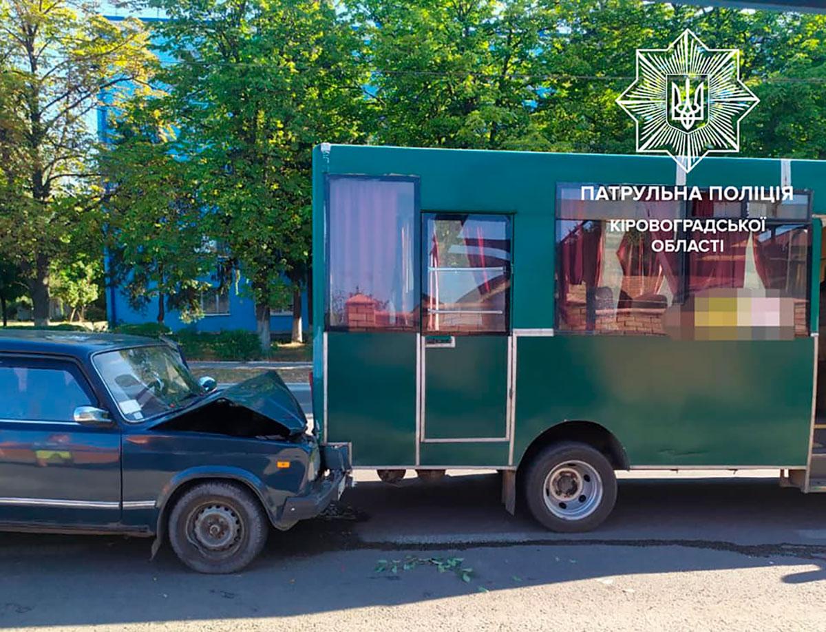 Без Купюр У Кропивницькому п'яний водій врізався в маршрутку. ФОТО За кермом  Патрульна поліція п'яний водій маршрутка ДТП 2020 рік