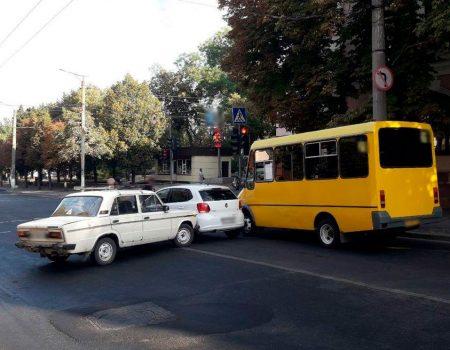 У Кропивницькому сталася ДТП із двома авто та маршруткою