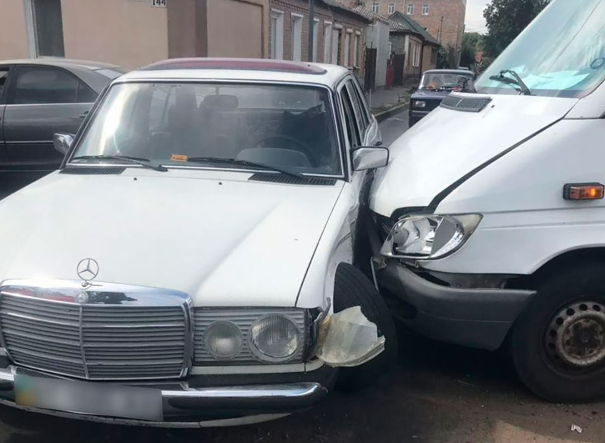 Без Купюр У Кропивницькому зіткнулись два мерседеса. ФОТО За кермом  ДТП Mercedes Benz 2020 рік