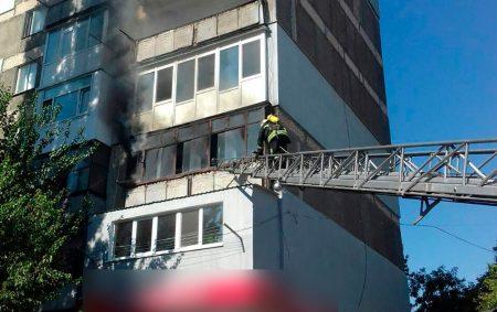 У Кропивницькому під час пожежі у квартирі бійці ДСНС врятували чоловіка