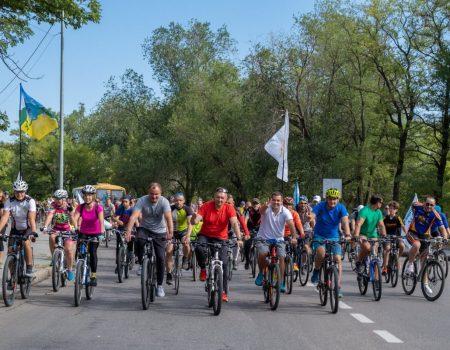Флешмоб у Кропивницькому: кілька тисяч велосипедистів нагадали владі про необхідність велодоріжок. ФОТО