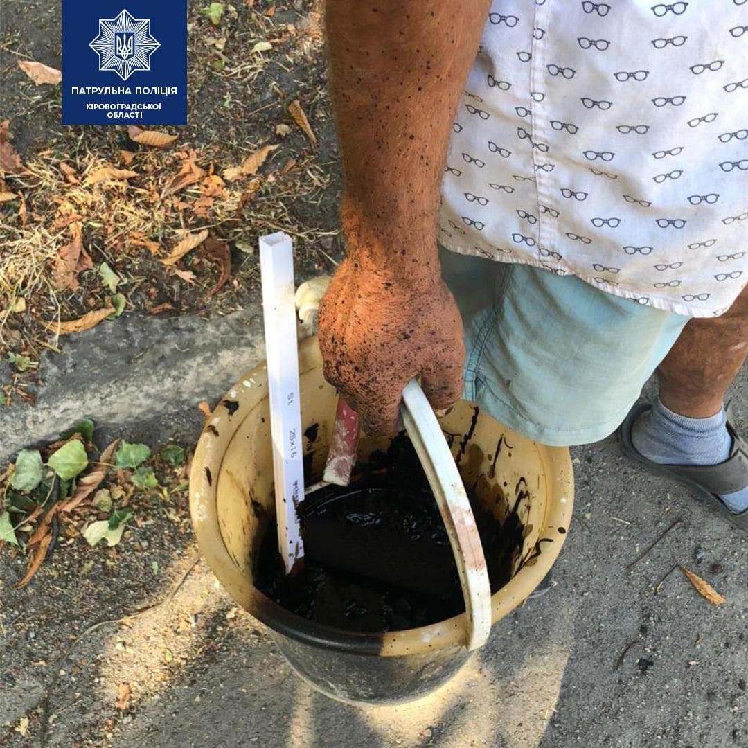 Без Купюр У Кропивницькому чоловік зафарбував дорожню розмітку смолою. ФОТО За кермом  Патрульна поліція дорожня розмітка 2020 рік
