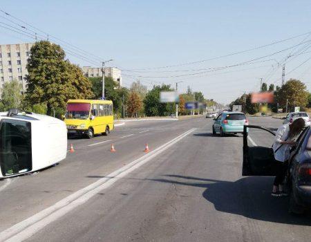 У Кропивницькому внаслідок ДТП перевернулася автівка. ФОТО