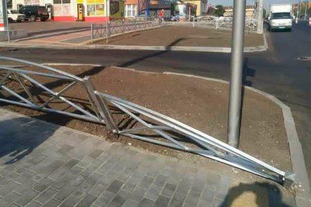 У Кропивницькому MAN понівечив новий паркан уздовж вулиці  Полтавської. ФОТО