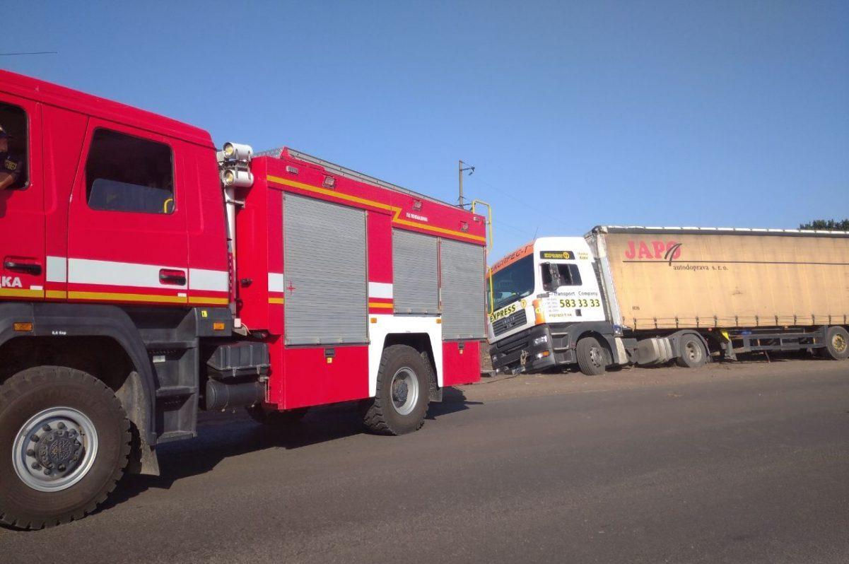 Без Купюр У Новгородківському районі рятувальники дістали з кювету вантажівку «MAN» За кермом  рятувальники вантажівка 2020 рік