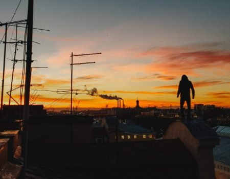 Патрульні затримали чоловіка з наркотиками, який стрибав по дахах у Кропивницькому. ВІДЕО