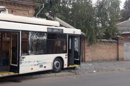 У Кропивницькому зіткнулися тролейбус і вантажівка. ФОТО