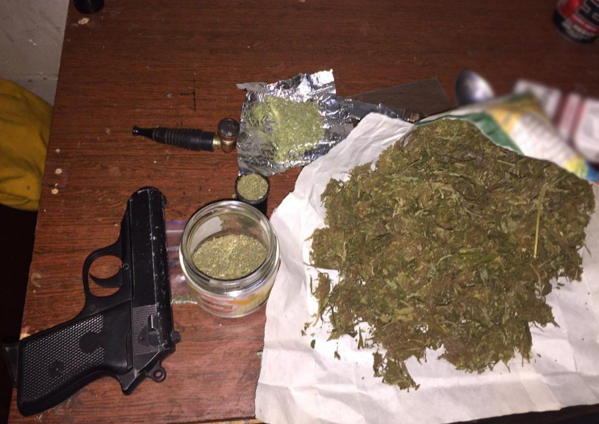 Без Купюр У жителів Кропивницького поліцейські вилучили марихуану та зброю Кримінал  новини наркотики Кіровоградщина зброя 2020 рік