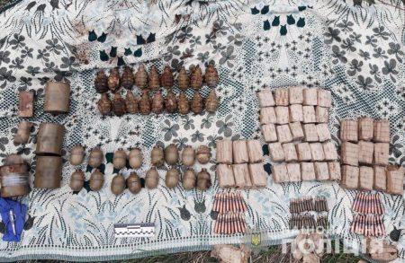 У Бобринецькому районі Кіровоградщини в лісосмузі знайшли арсенал боєприпасів. ФОТО