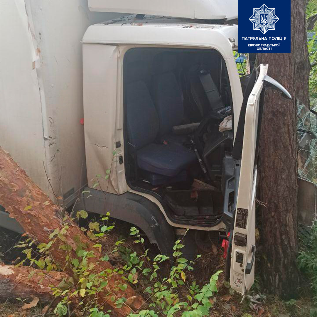 Без Купюр У Кропивницькому вантажівка врізалась в електроопору і дерево. ФОТО За кермом  Патрульна поліція новини Кропивницький ДТП вантажівка 2020 рік