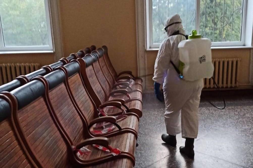 Без Купюр У Кропивницькому продизінфікували залізничний вокзал, бо в працівниці COVID-19 Здоров'я  новини Кропивницький Коронавірус в Україні залізничний вокзал 2020 рік