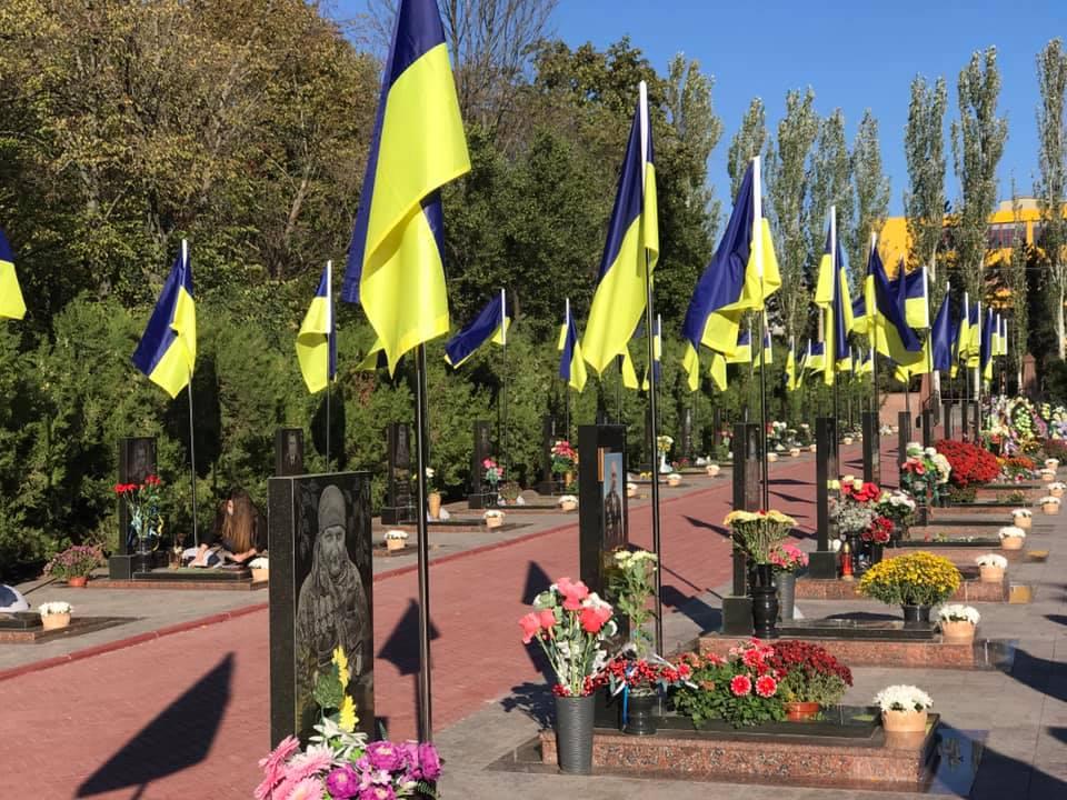 Без Купюр На могилах загиблих захисників України встановили синьо-жовті прапори. ФОТО Події  новини Кропивницький День захисника України 2020 рік
