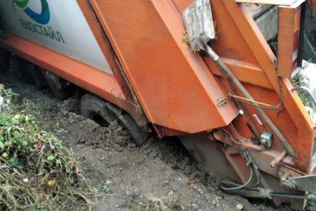 У Кропивницькому провалився сміттєвоз. ФОТО