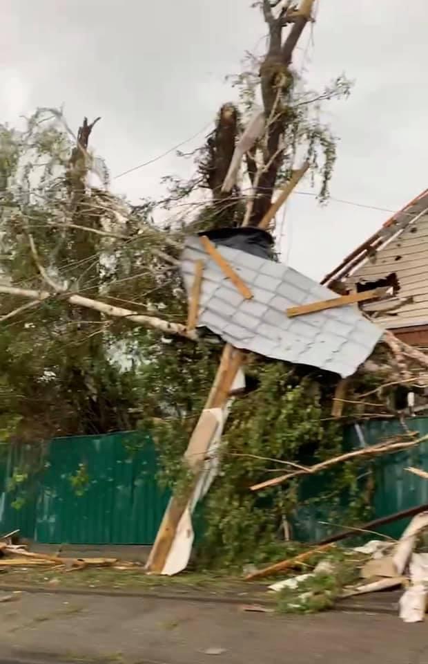 Без Купюр У Кропивницькому негода знесла дахи та зруйнувала будинки. ФОТО. ВІДЕО Вiдео Головне  смерч новини Кропивницький злива 2020 рік