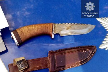 У Кропивницькому чоловік із ножем чіплявся до перехожих неподалік школи