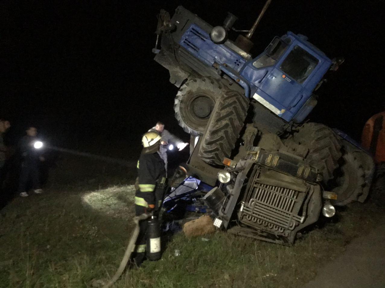 Без Купюр У Новій Празі зіткнулися два трактора, один із водіїв - у лікарні. ФОТО За кермом  трактори новини Нова Прага Кіровоградщина ДТП ДСНС 2020 рік