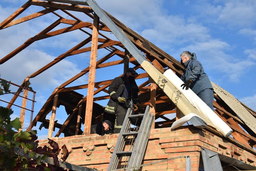 Без Купюр У Кропивницькому відновлюють домоволодіння, пошкоджені стихією. ФОТО Події  стихія новини Кропивницький ДСНС 2020 рік