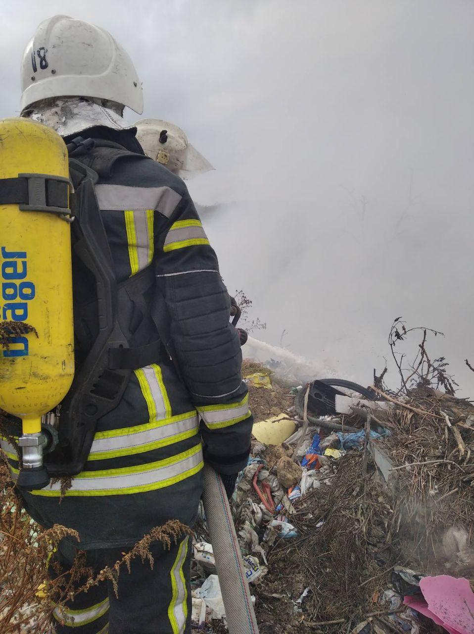 Без Купюр У Знам'янці другий день гасять пожежу на міському сміттєзвалищі. ФОТО Події  сміттєзвалище пожежа новини Кіровоградщина Знам'янка 2020 рік