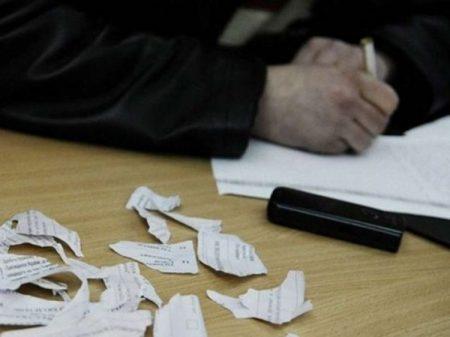 На Кіровоградщині виборець порвав бюлетені, на одній ДВК виламали двері. ВІДЕО
