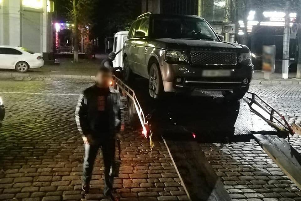 """Без Купюр У Кропивницькому чоловіки на """"Range Rover"""" погрожували іншому пістолетом. ФОТО За кермом  патрульні новини зброя евакуатор"""