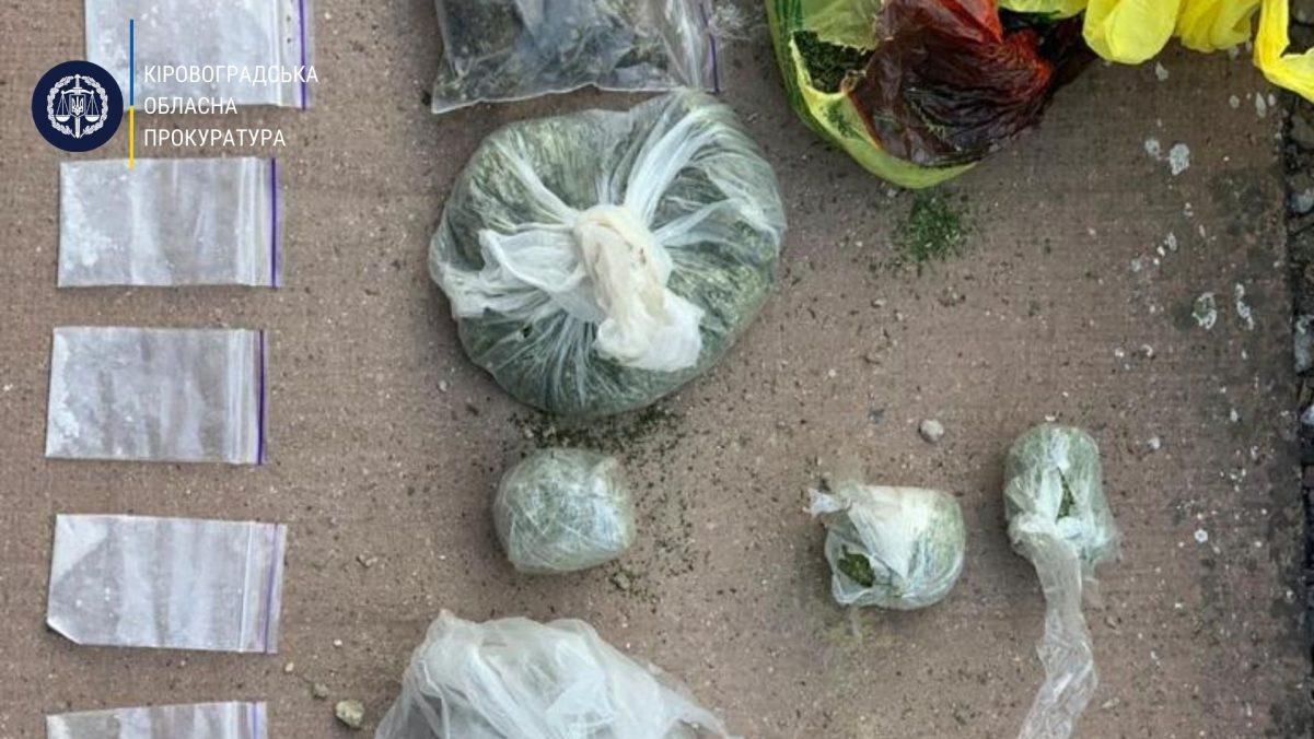 Без Купюр 2 членам злочинної групи, які збували наркотики в  колонію, повідомили про підозру. ФОТО Кримінал  новини наркотики Кіровоградщина в'язниця