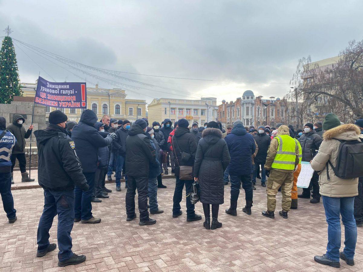 Без Купюр Близько сотні шахтарів мітингують перед Кіровоградською обласною радою Головне  шахтарі новини Кропивницький Кіровоградщина