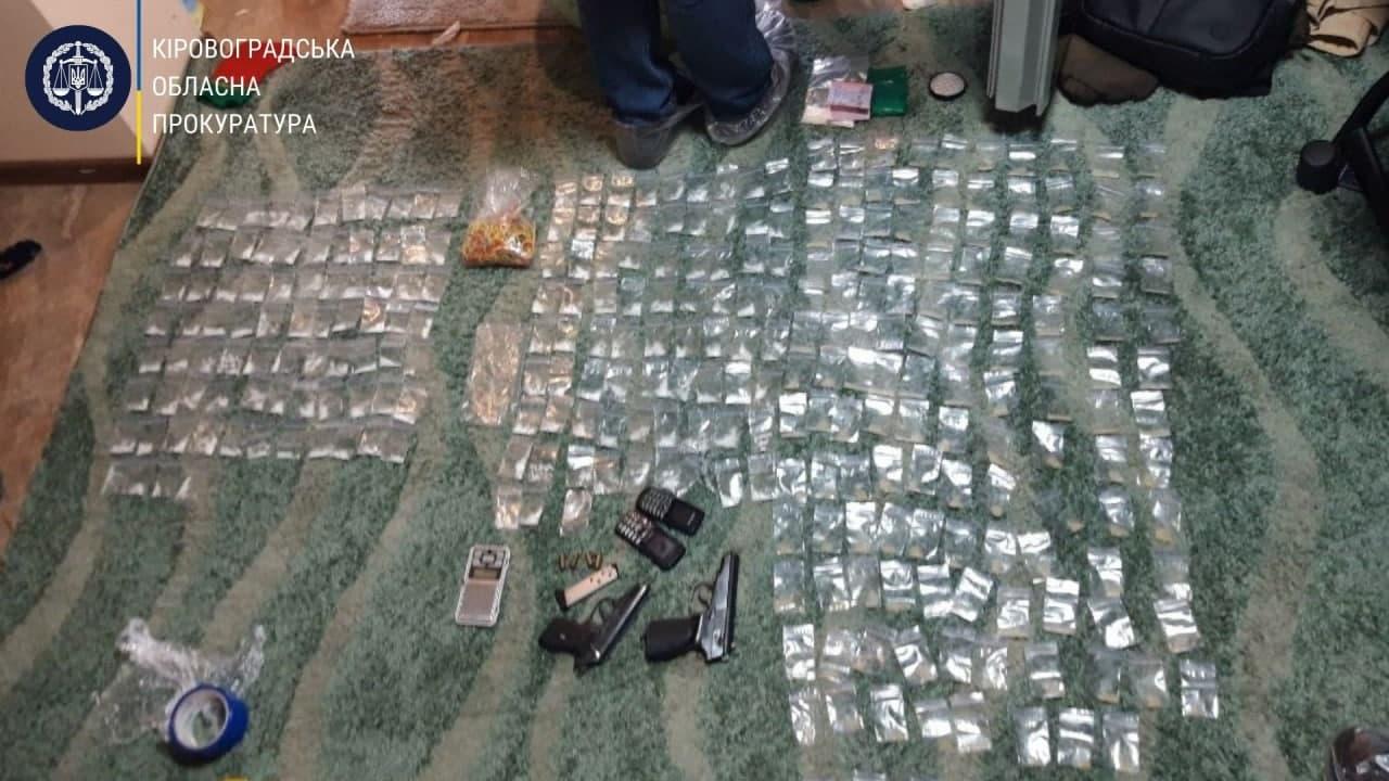 Без Купюр 300 пакетів із метамфетаміном та метадоном знайшли в 37-річного кропивничанина. ФОТО Кримінал  новини наркотики Кропивницький Кіровоградщина