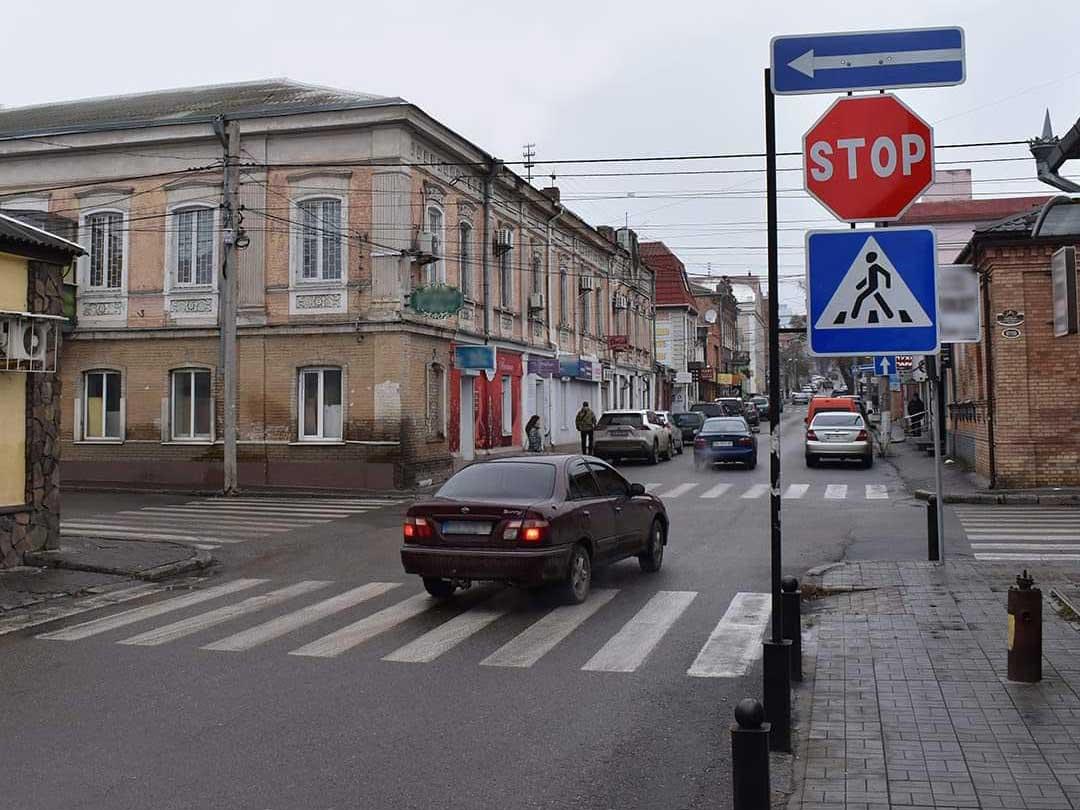 Без Купюр У Кропивницькому на небезпечному перехресті встановили новий знак За кермом  перехрестя знак