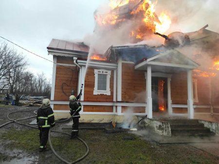 Кіровоградщина: 5 годин рятувальники гасили пожежу церкви 1857 року. ФОТО