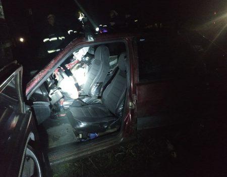 У Долинському районі розблокували водія авто, який в'їхав у стовп. ФОТО