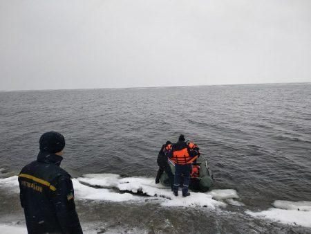 На Кіровоградщині врятували рибалку на крижині за пів кілометра від берега. ФОТО