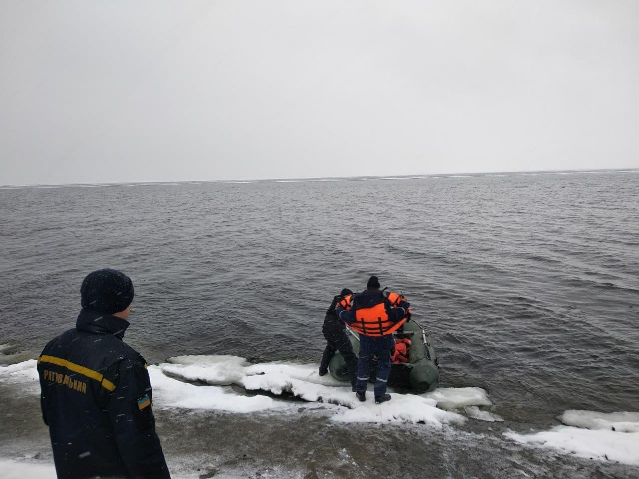 На Кіровоградщині врятували рибалку на крижині за пів кілометра від берега. ФОТО 1